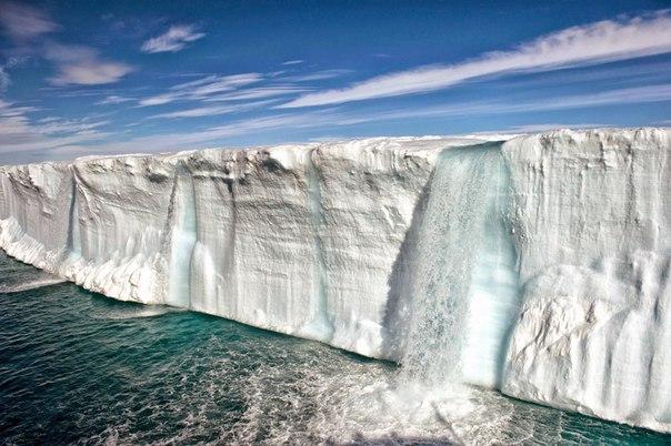 Удивительные ледниковые водопады заповедника Свальбард, Норвегия