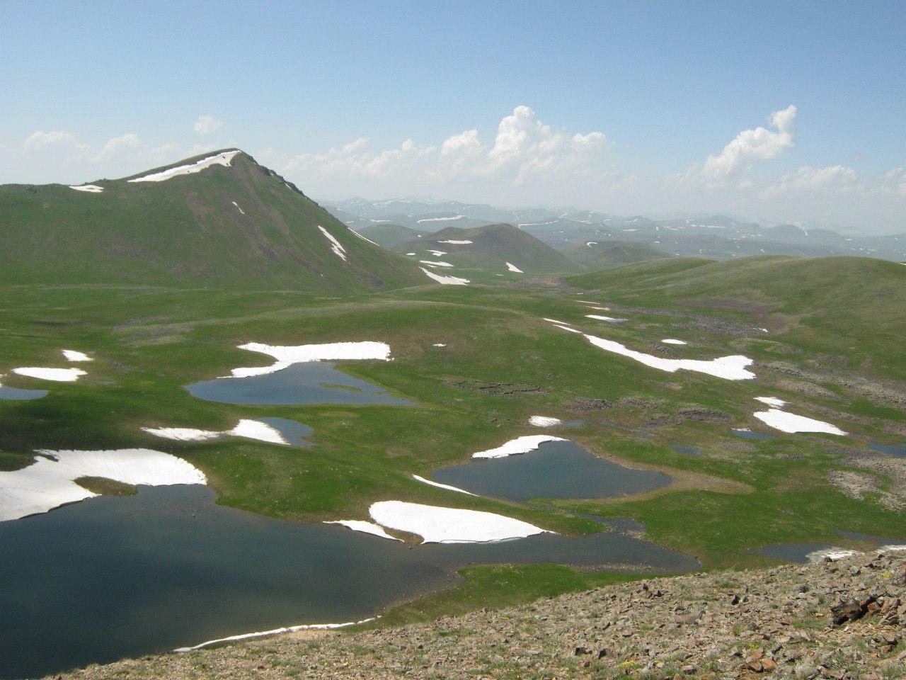 Около озера Ухтасар в Армении