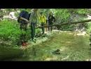 Бушующая непреодолимая лесная речка, отряд из 8 отважных исследователей стремится