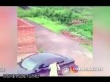 В Китае угонщик пытался вскрыть тонированную машину в то время, как ее голый хозяин занимался сексом внутри
