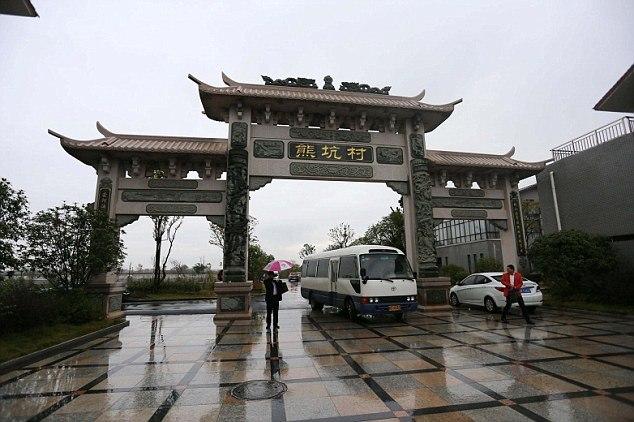 Заработав миллионы, китаец Сюн Шуйхуа вернулся в родную деревню Сюнкэн и отстроил ее заново SMcG2Axzm6w