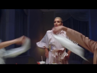 Gigi, Bella & Anwar Hadid Have Dinner With Yolanda - Vogue.mp4