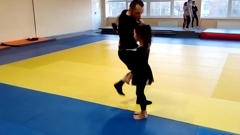 Марат Александрович учит Сафарову Диану танцевать лезгинку👍