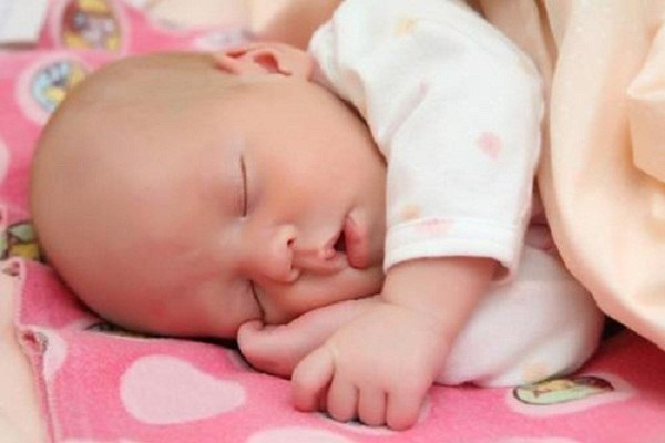 Малыш не дает спать по ночам? Нежелание спать в положенное время - наиболее часто встречающаяся проблема у малышей. Как же заставить ребенка спать в то время, когда нужно? Соблюдайте режим Если ваш ребенок просыпается поздно утром, то старайтесь в это время выходить с ним на прогулку, не давая ему спать. Этим вы сможете сместить режим сна у малыша. Больше света! Путь в течение дня малыш будет находиться в хорошо освещенных помещениях. Тогда ему захочется меньше спать днем и он не будет будить…