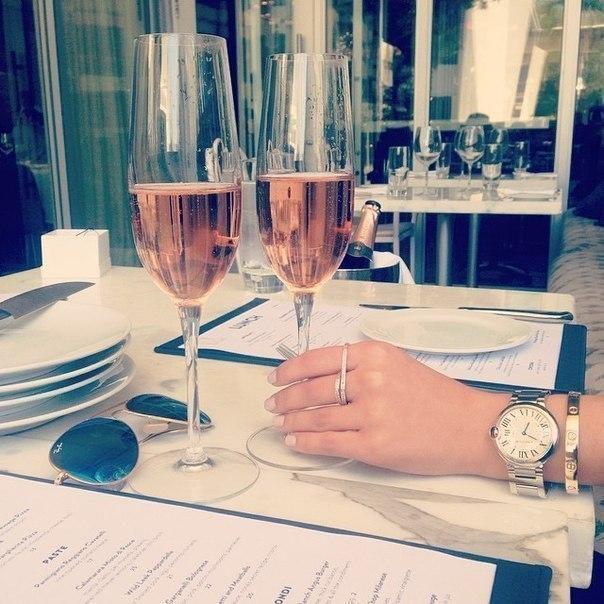 Бокал шампанского превращает Елену Прекрасную в Елену Премудрую, 2 бокала в Елену Прикольную, а 3 бо… (1 фото) - картинка