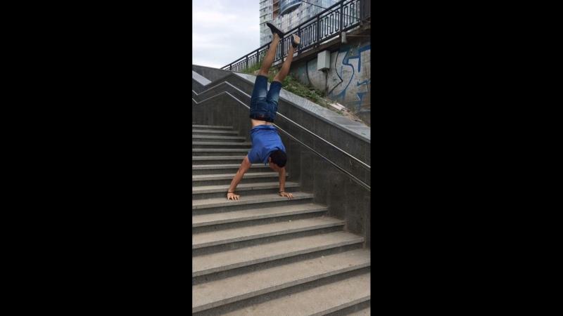 Хотьба в стойке на руках по лестнице