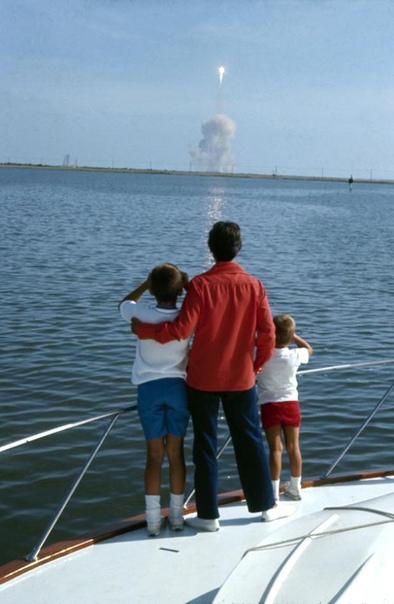 Исторический момент. Семья Нила Армстронга наблюдает за его запуском на Луну.