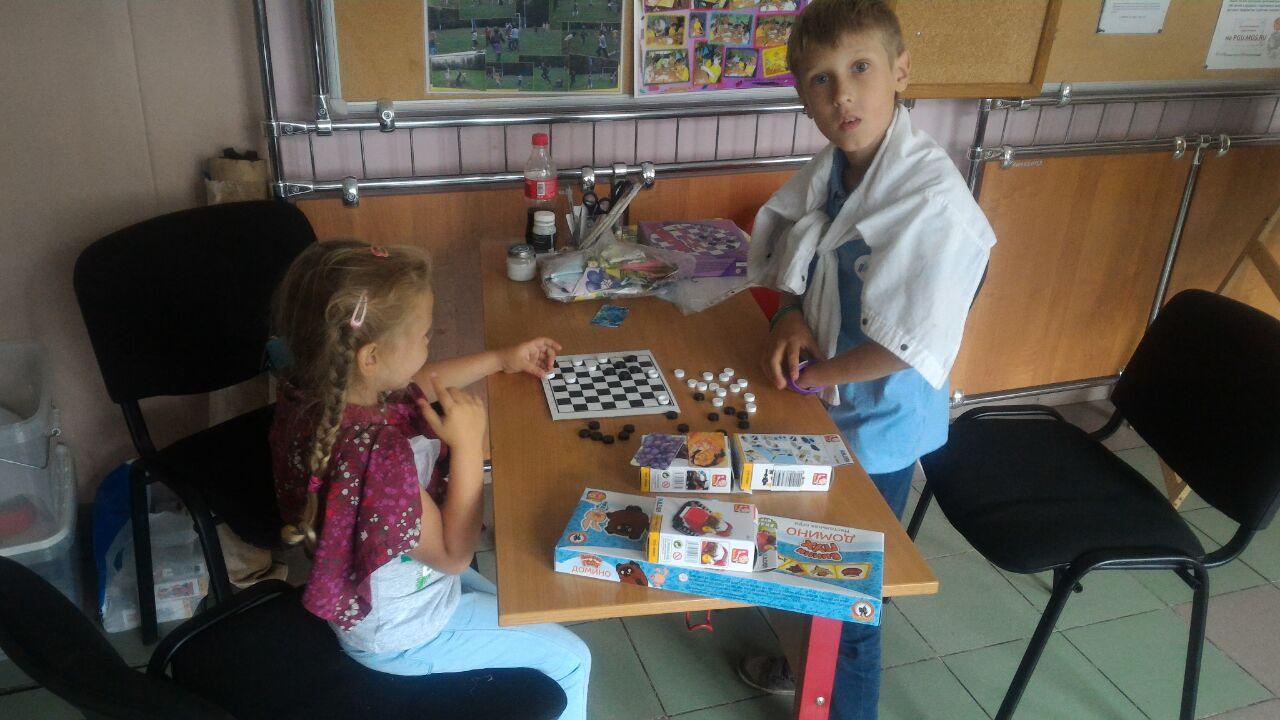 """Игры и подарки предоставлены на благотворительной основе БФ """"Детский мир""""."""