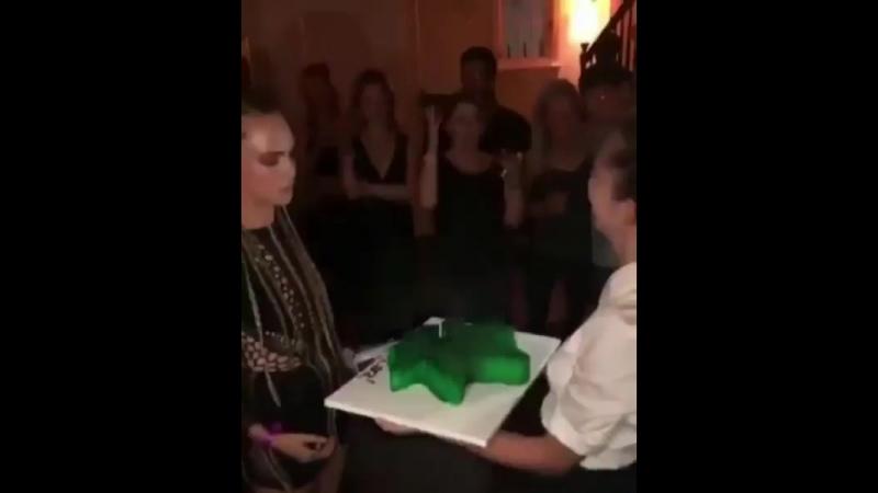 12 августа Кара празднует свой день рождения в Беверли Хиллз