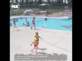 В США спасатель спас тонущего мальчика в бассейне