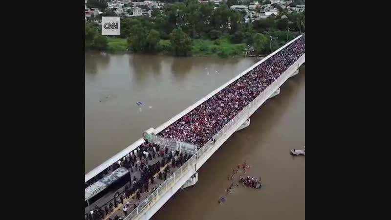 Riesige Menge an Migranten auf der Brücke, die Mexiko und Guatemala
