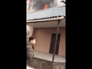 Очевидцы спасли школьника из горящей квартиры в Москве
