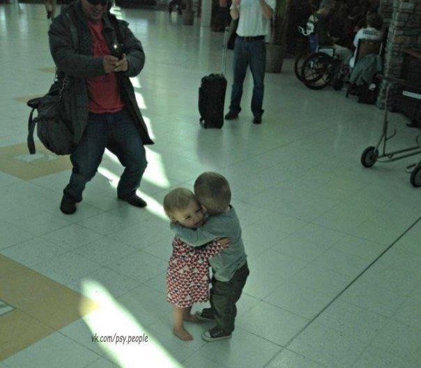 Эти два малыша, которые никогда раньше не встречались, просто решили обняться посреди терминала аэропорта, будто они давно не виделись.