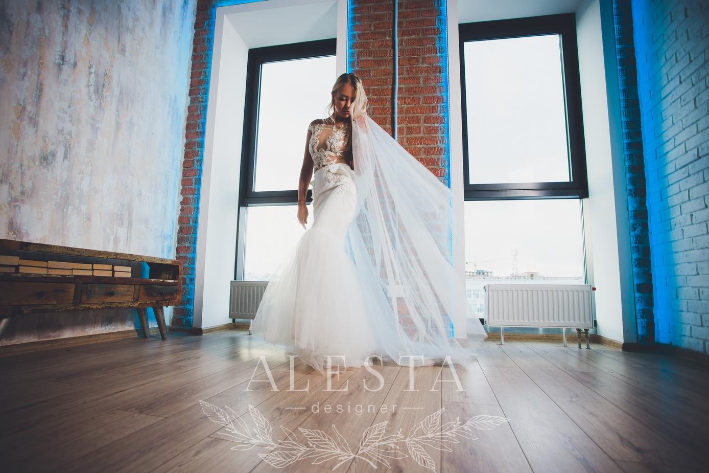 Как будет выглядеть ваше платье я знаю уже до первой примерки, когда мы уже обсудили крой и выбрали ткани, я хорошо представляю результат, а вы увидите своё платье наполовину готовым уже на первой примерке.