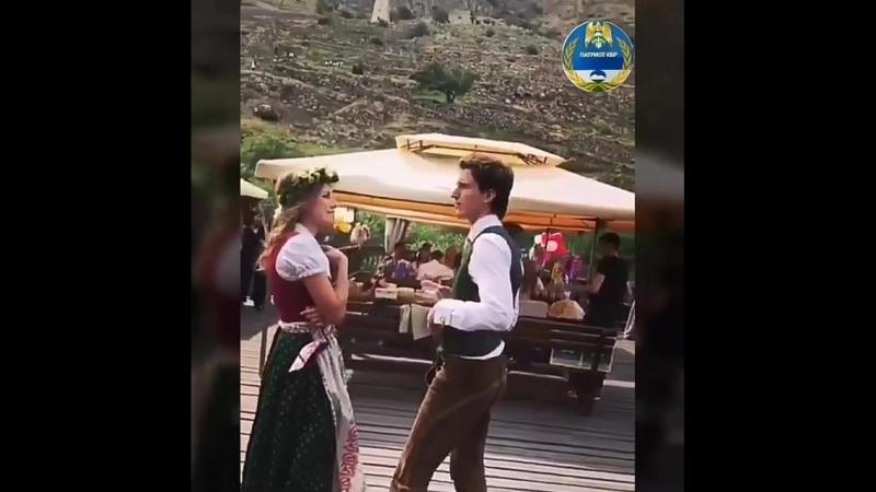 Молодая пара из Австрии празднует свадьбу в Верхней Балкарии