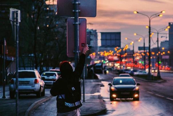 люблю, когда солнце уже село, но ещё не темно — в такое время ветер разносит по городу нежность. (с) кафе чужих