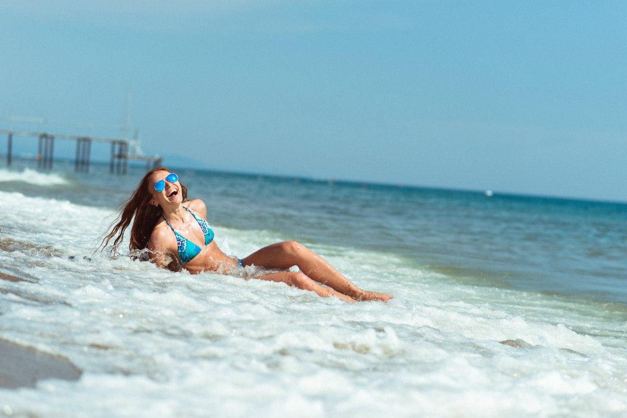 Четыре девушки на пляже 28 фотография