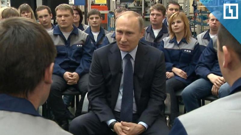 Владимир Путин общается с рабочими авиадвигателестроительного завода в Уфе