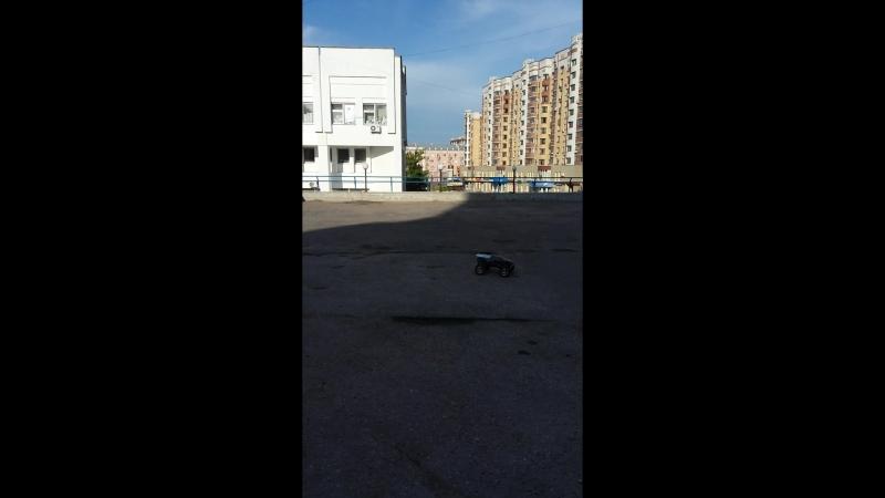 E-MAXXу стоянки мало)