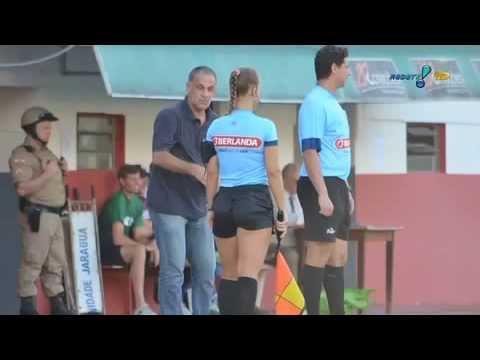 Técnico Celso Teixeira chama Bandeirinha de 'gostosa' após expulsão