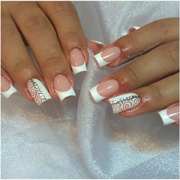 Белые ногти со стразами и рисунком