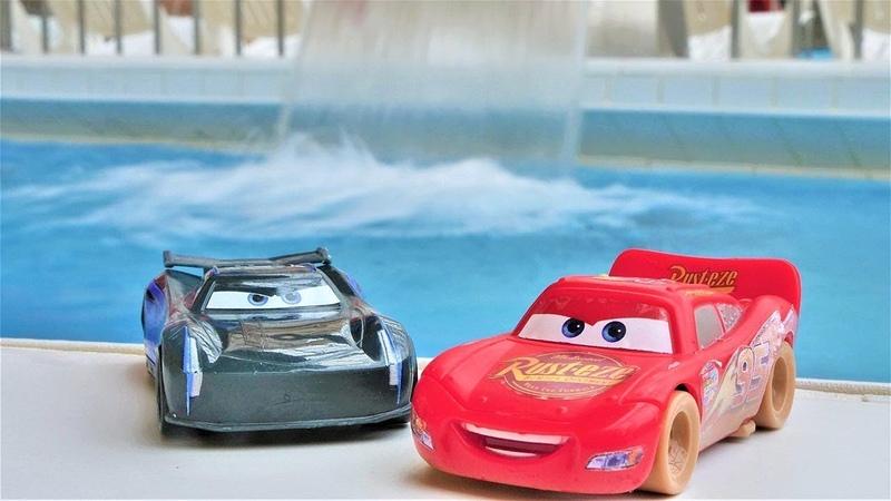Мультики про машинки. Гонки в аквапарке: Маквин против Джексона.