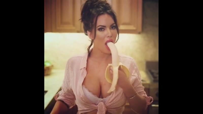 Очень горячая женщина демонстрирует глубокий заглот и свои пухлые губки, секс не порно не минет с бананом горловой зрелые мамки