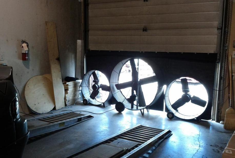 Вытяжные вентиляторы, установленные в кабине с распылительной краской, могут вывести пары от художника.