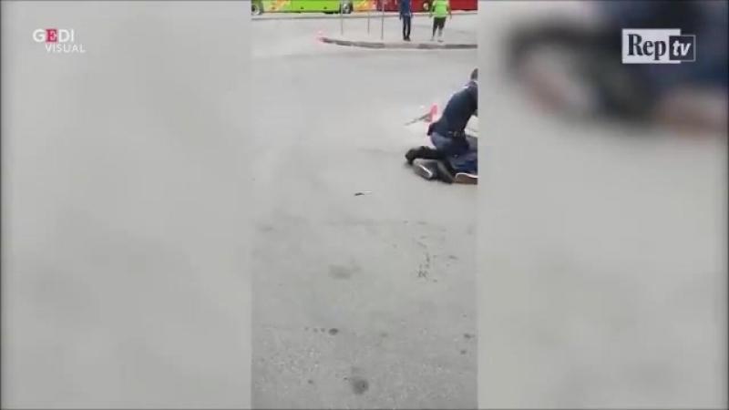Un Africain armé d'un couteau menace les passants, la police doit intervenir Milan.