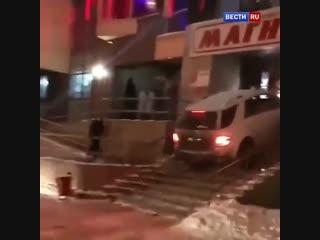 Челябинец попытался заехать в популярный бар на своей машине.