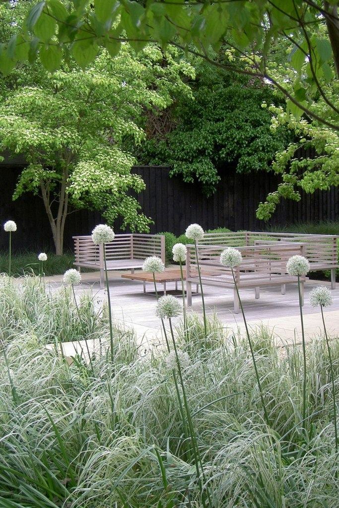 Moderner Puristischer Garten : Ein puristischer Sitzplatz im wahrsten Sinne des Wortes