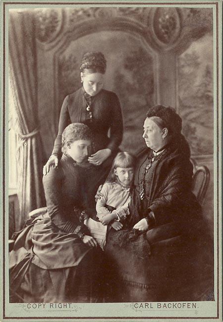 Четыре поколения материнской линии на одном фото