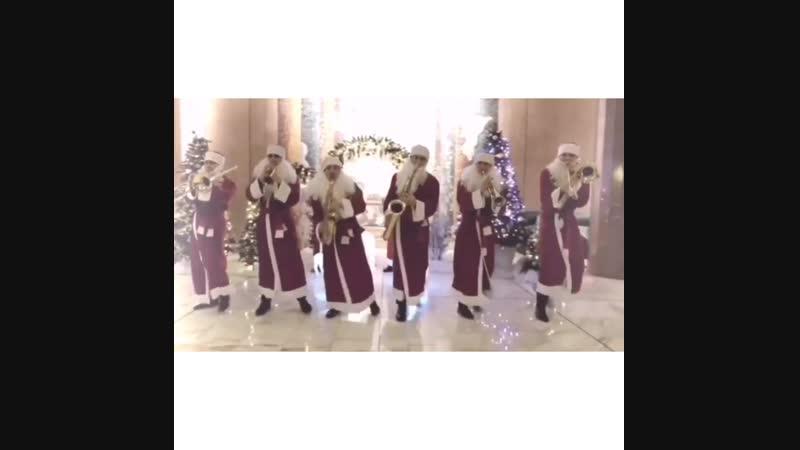Друзья, кому мало одного Деда Мороза, готовы ангажировать вам целую компанию!)) Уже пустились в пляс?🎅🎅🎅🎅🎅🎅 ⠀