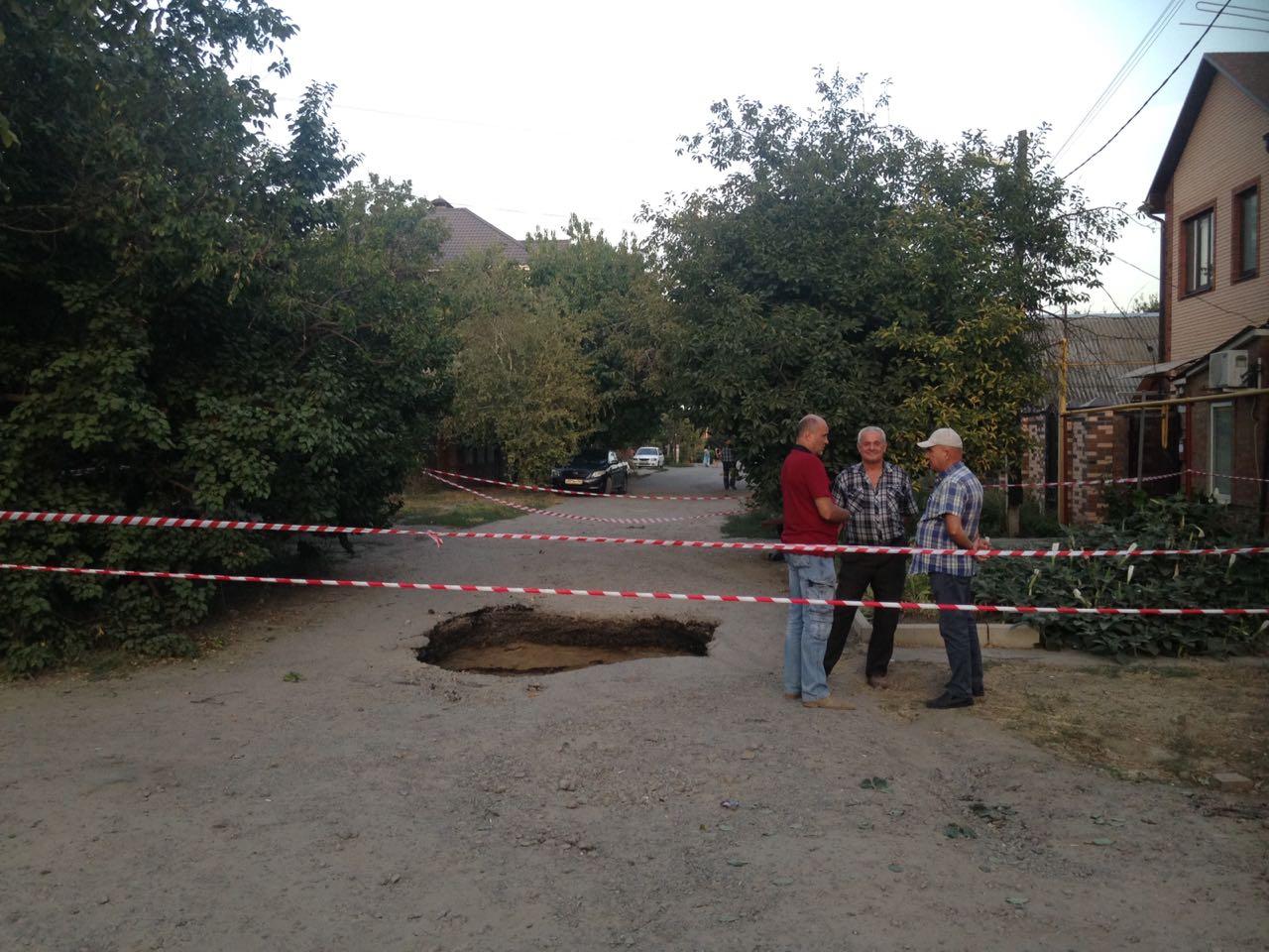 В Таганроге из-за очередного обрушения коллектора под землю провалился мусоровоз