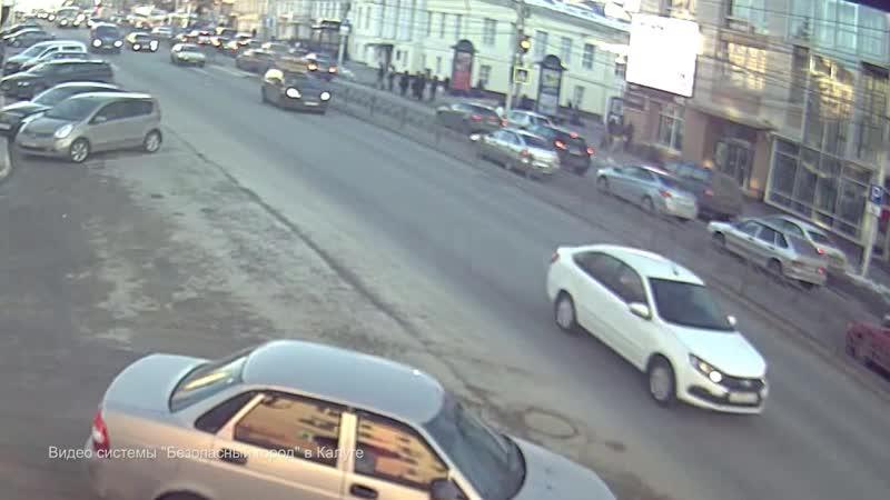 Пересечение пешеходника на жёлтый и игра в шашечки привели к аварии на Театральной площади