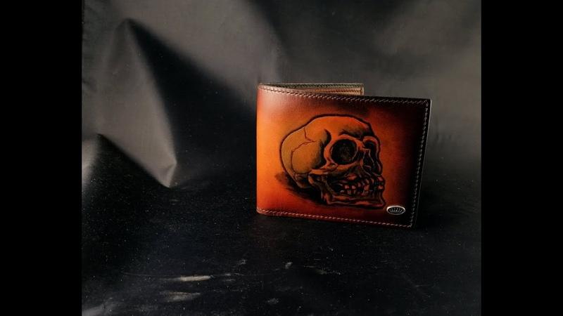 Кожаное мужское портмоне с черепом ручной работы.