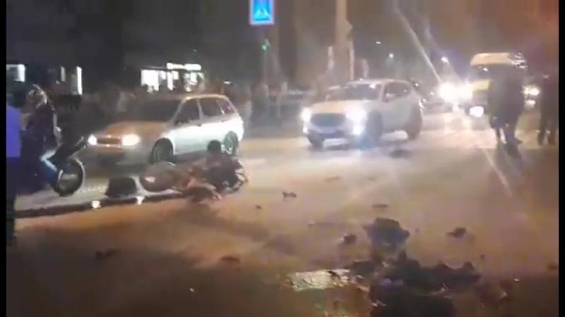 На Московском шоссе мотоцикл развалился на части и загорелся после столкновения с легковушкой