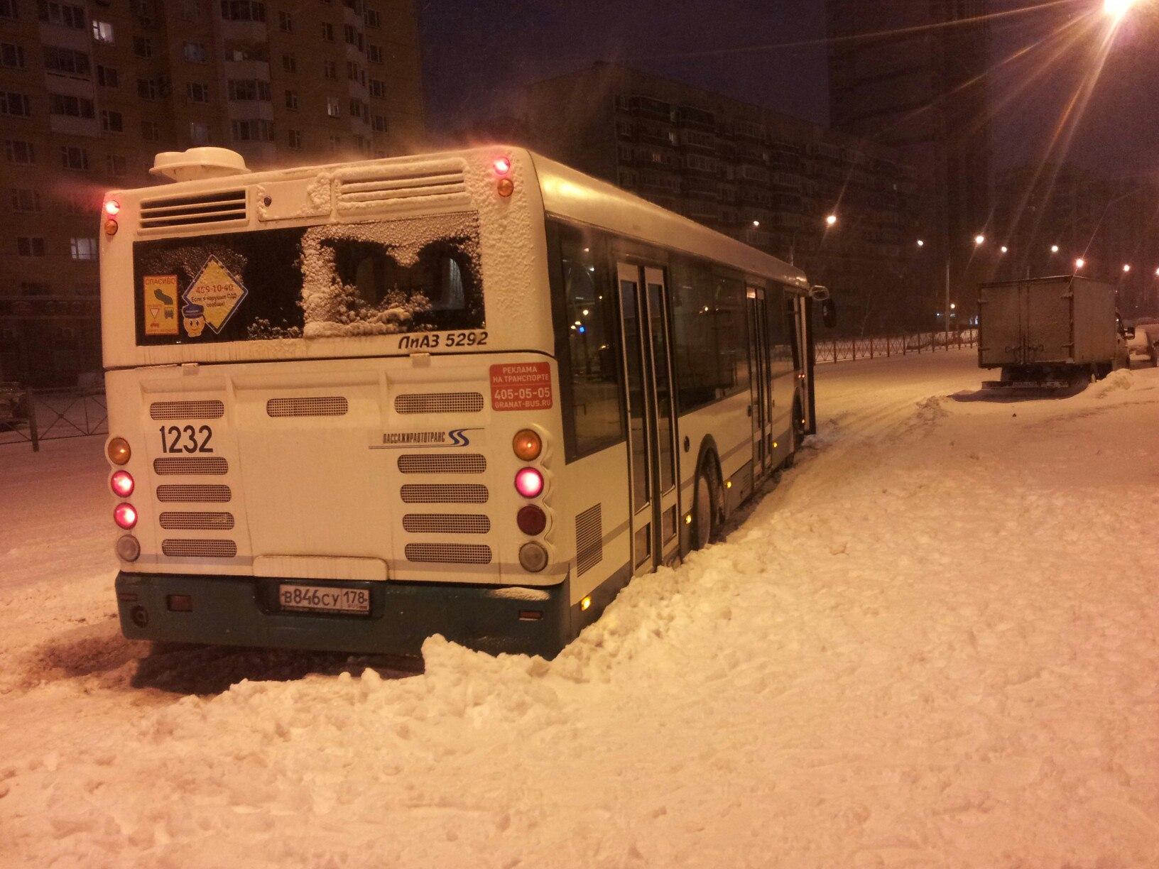 ВПетербурге пассажиры выталкивали изснега застрявшие автобусы
