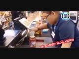 Как должен работать настоящий кассир (Видео приколы)