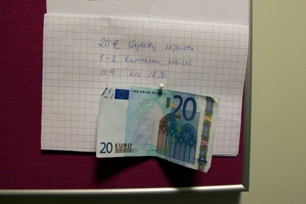 "20 photos which prove that the world not such bad place. (A house entrance in Helsinki. The inscription says: ""20 euros. Are found in an entrance between the 1 and 2 floor on September 11 at 18:30\"")"