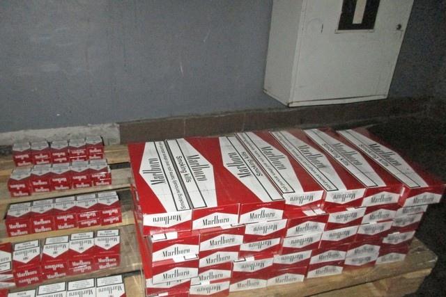 Таганрогские таможенники пресекли попытку ввоза в РФ в тайнике 400 пачек контрафактных сигарет«Marlboro