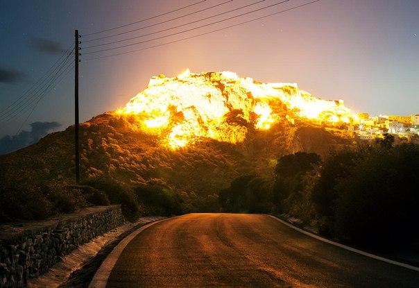 Думаете что-то взорвалось? А вот и нет! Это просто горы, город Кифира (Греция) и утреннее солнце