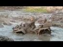 ребенок на квадроцикле выехал из грязи