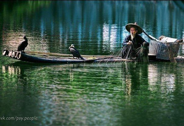Бизнесмен и рыбак Современная притча Как-то раз один бизнесмен стоял на пирсе в маленькой деревушке и наблюдал за рыбаком, сидящим в утлой лодочке, как тот поймал огромного тунца. Бизнесмен поздравил рыбака с удачей и спросил, сколько времени требуется, чтобы поймать такую рыбу. — Пару часов, не больше, — ответил рыбак. — Почему же ты не остался в море дольше и не поймал ещё несколько таких рыбок? — удивился бизнесмен. — Одной рыбы достаточно, чтобы моя семья прожила завтрашний день, — ответил…
