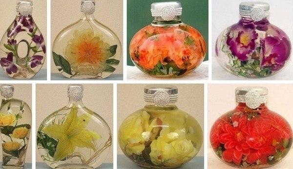 Цветочные декоративные бутылочки. Красивая идея для украшения интерьера Для создания такой композиции вам понадобится прозрачная бутылка красивой формы. Бутылку нужно хорошо вымыть и обдать кипятком. Цветы и растения можно заложить сразу, расщепив стебель, и залить раствором глицерина и воды, в пропорции 1:2. Для лучшего эффекта, до закладки в бутылку, растения можно на несколько дней поставить в этот раствор, чтобы они им пропитались. Затем закладываете цветы в бутылку, осторожно палочками…
