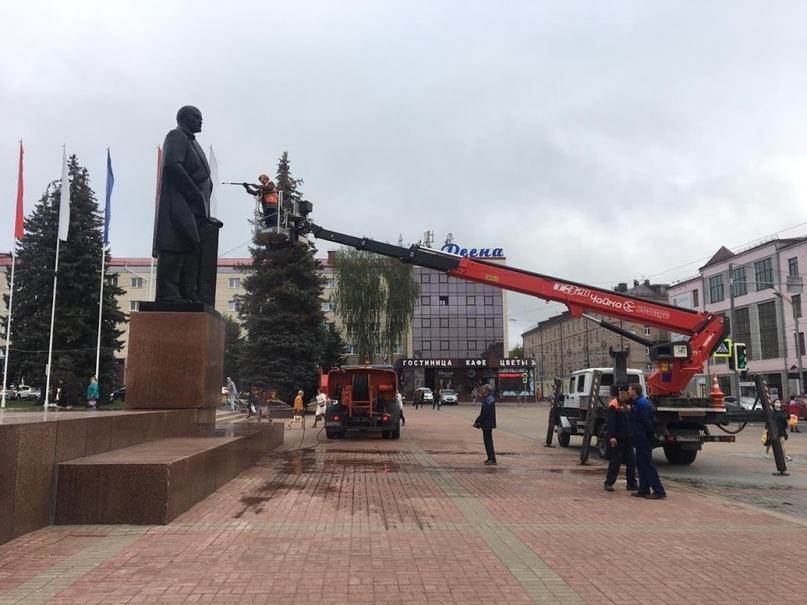 Накануне Дня города в Брянске помыли памятник Ленину