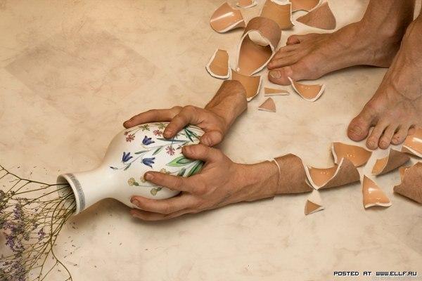 Розбиті руки і ціла ваза