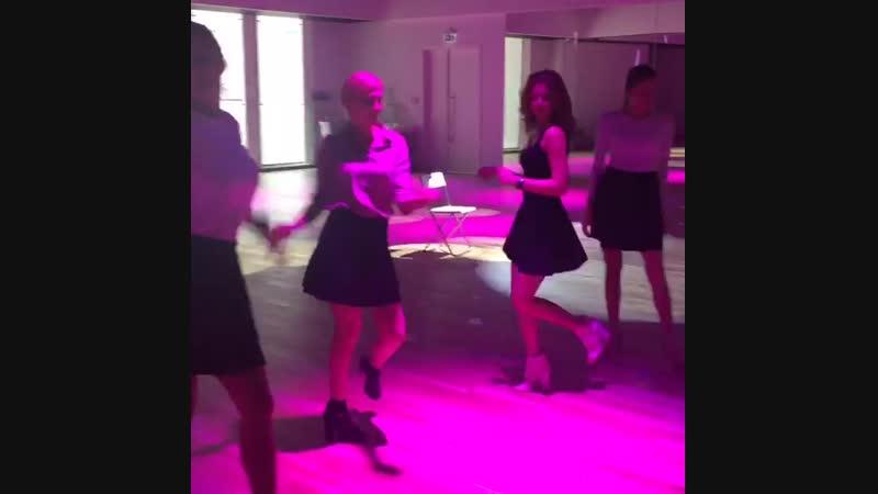 Идеальное утро у настоящих девчонок @vlvlada @katerinalarina начинается с танцев...ламбады, например🙈😄😋А какие танцы любите вы?💃