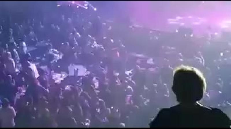 [326x180] Fábio Jr. não para de cantar Alma Gêmea enquanto o pau come solto na plateia - TMDQA!