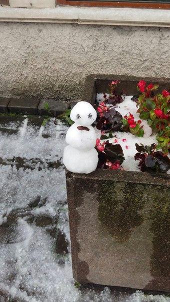 Петербуржцы слепили снеговика